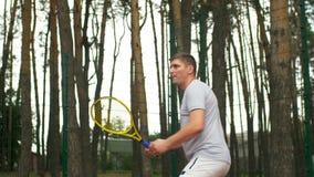 击中在网球比赛的网球员正手击球 股票录像