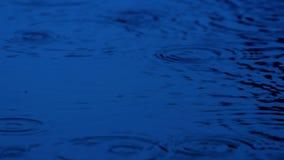 击中在黑暗的雨水池 股票录像