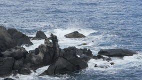 击中岩石和闯进泡沫似的水,慢动作的三角浪波浪 股票视频