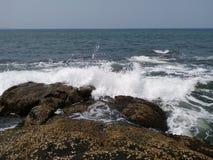 击中岩石的海浪 库存图片