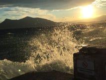 击中岸的夏天波浪在希腊 图库摄影