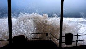 击中岸的风暴波浪 免版税图库摄影