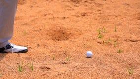 击中摇摆在沙子地堡的慢动作高尔夫球运动员高尔夫球 股票录像