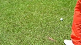 击中摇摆在航路的慢动作高尔夫球运动员高尔夫球 股票视频