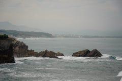击中沿海的高波浪在峭壁和岩石附近 库存照片