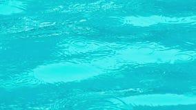 击中游泳场表面上的重的下雨的小滴  股票录像