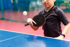 击中球关闭的网球员的婴孩的胳膊 免版税图库摄影