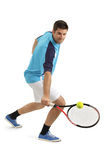 击中男性球员网球的球 免版税库存图片