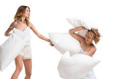 击中的女孩与乐趣的枕头 免版税库存图片