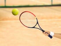 击中网球 免版税库存图片