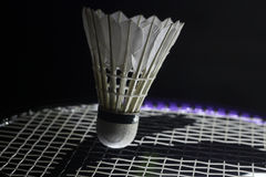击中shuttlecock的网球拍 库存照片