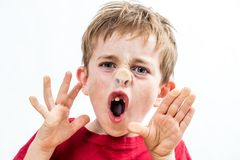 击碎他的鼻子的叫喊的厚颜无耻的孩子对行为不端的窗口 库存图片