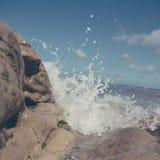 击碎在多岩石的海滩的强有力的波浪 兰迪德诺威尔士 免版税库存图片