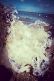 击碎在多岩石的海滩的强有力的波浪 兰迪德诺威尔士 图库摄影