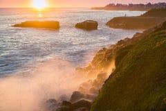 击碎在岩石海岸线的波浪在日落,圣克鲁斯,加利福尼亚 免版税库存照片
