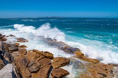 击碎在岩石的海波浪 免版税库存图片