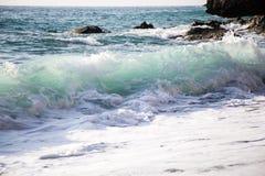 击碎在岸的美丽的波浪 免版税库存图片