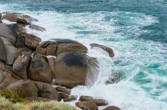 击碎在巨大的冰砾的波浪 免版税库存图片