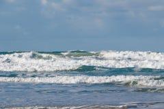 击碎在布里坦尼海岸的波浪  免版税库存照片