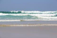 击碎在布里坦尼海岸的波浪  库存图片