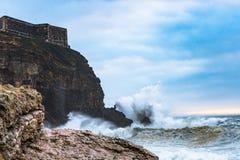 击碎在海岸的波浪在一风暴日 免版税库存照片