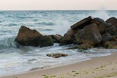 击碎在石头的波浪 库存照片
