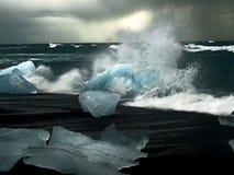 击碎海波浪的冰川 免版税库存照片