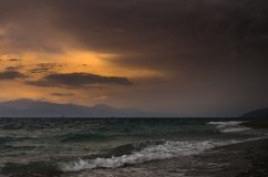击碎海滩的风大浪急的海面和波浪 免版税图库摄影