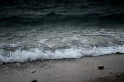击碎海滩的风大浪急的海面和波浪 库存图片