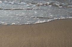 击碎海滩,希腊的波浪 库存照片