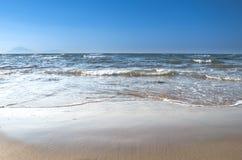 击碎海滩,希腊的波浪 免版税图库摄影