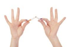 击碎现有量s妇女的香烟 免版税库存照片