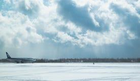 函馆机场跑道在2015年2月10日的冬天 库存照片