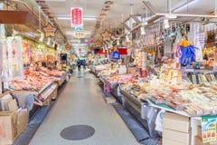 函馆,北海道,日本2016年6月10日 海鲜摊位等待 图库摄影