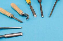凿子雕刻刀雕刻在蓝色的工具收集 免版税图库摄影