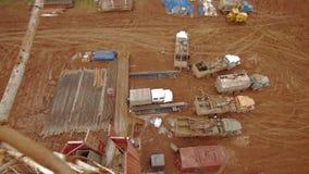 凿岩机和旅团用水泥涂的油井 影视素材