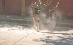 凿岩机是修理直到尘土的路  免版税库存照片