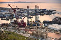 凿岩机离开造船厂 免版税图库摄影