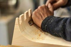 凿工作和锯木屑木材加工生活方式,有机eco友好的设计元素 免版税库存图片