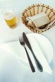 刀叉餐具和啤酒 免版税库存图片