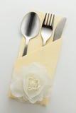 刀叉餐具和餐巾 免版税库存图片