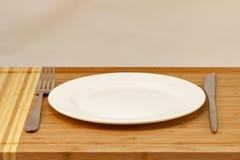 刀叉餐具空的牌照、餐刀和叉子 免版税图库摄影