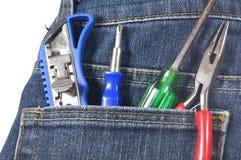 刀子、螺丝、切削刀和夹子在斜纹布的口袋 免版税库存图片