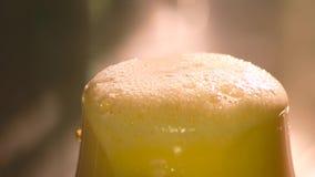 刀子从啤酒的切口泡沫 股票视频