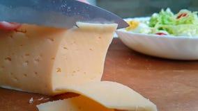 刀子切乳酪荷兰可口在木慢动作射击 影视素材