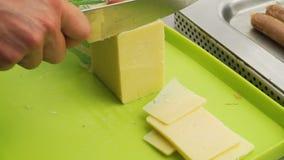 刀子切口切片BBQ的切达干酪 影视素材