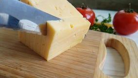 刀子切在一个木,慢动作射击蕃茄的乳酪 股票录像