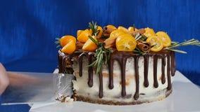 刀子切开蛋糕用草莓,并且蓝莓关闭  切开与刀子的一个草莓蛋糕 果子草莓 免版税图库摄影