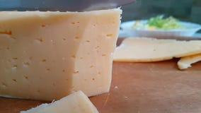 刀子切有机乳酪荷兰可口在木慢动作射击 影视素材