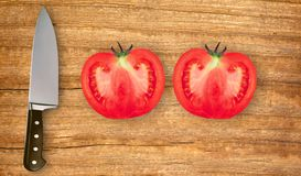 刀子和两个切片在切板的蕃茄  库存图片